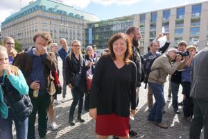 Bärbel Kofler am Pariser Platz bei einer Aktion der Globalen Bildungskampagne