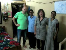 links: Michael Wuwer vom Textilhandelsunternehmen Güldenpfennig und Bärbel Kofler mit Gastgeberfamilie
