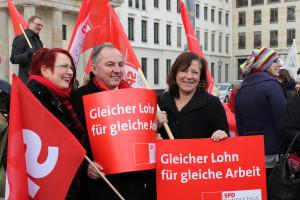 """Bärbel Kofler am Brandenburger Tor: """"Gleicher Lohn für gleiche Arbeit!"""""""