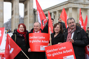 Bärbel Kofler bei einer Aktion in Berlin zu Lohngerechtigkeit