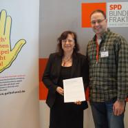 Bärbel Kofler im Gespräch mit Christopher Sichert, Betriebsratsvorsitzender der Frischpack GmbH