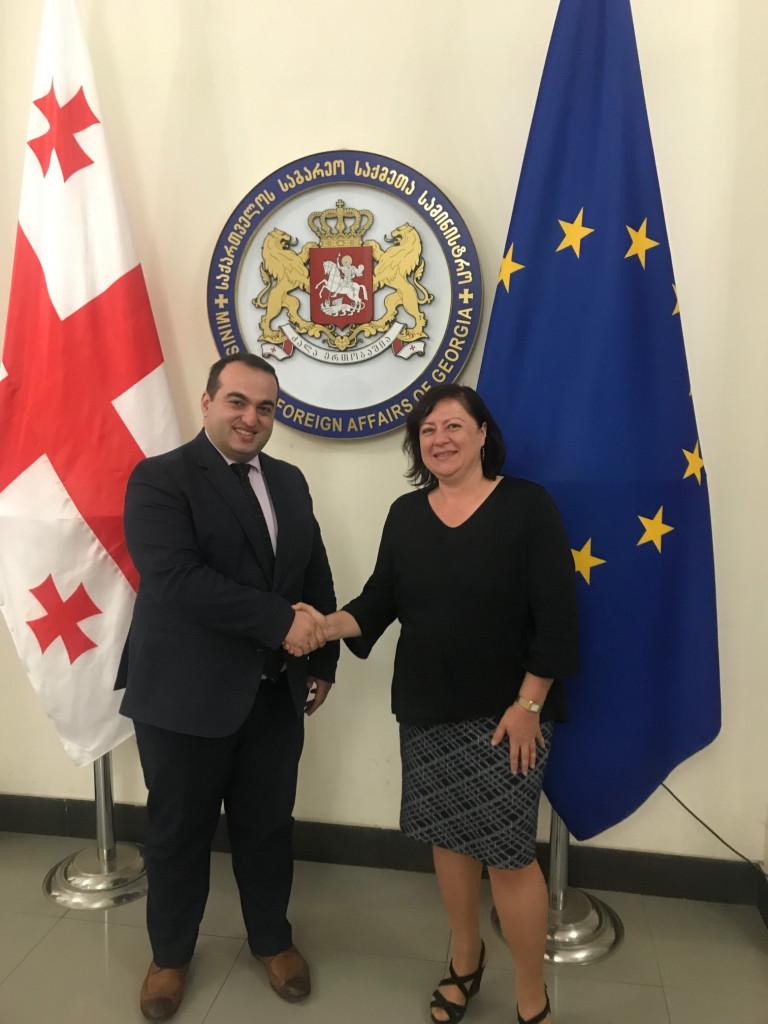 Bärbel Kofler in Tiflis mit dem Außenminister Georgiens, Lasha Darsalia (Foto: Auswärtiges Amt)