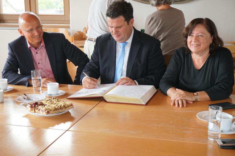 Hubertus Heil Eintrag ins Goldene Buch der Stadt Traunstein