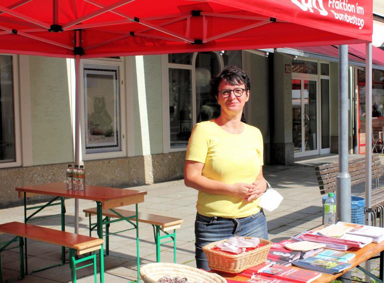 Susanne Aigner, Stellvertretende Kreisvorsitzende des SPD-Kreisverbandes BGL am Infostand