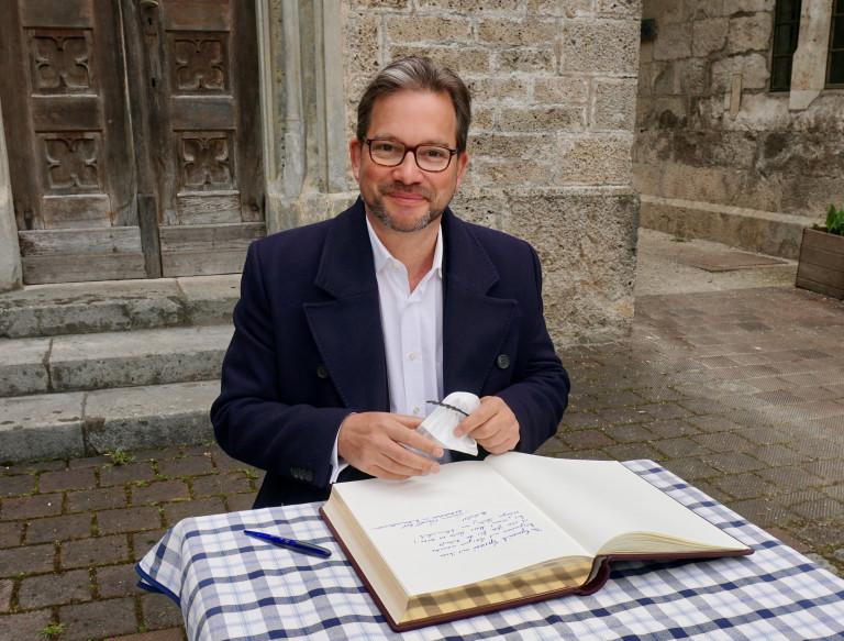 2021 Florian Pronold Eintrag ins Goldene Buch Marktgemeinde Grassau